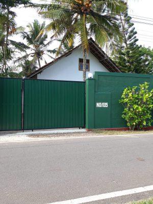 Afsluitbare poort aan de straatzijde van Villa Sloot