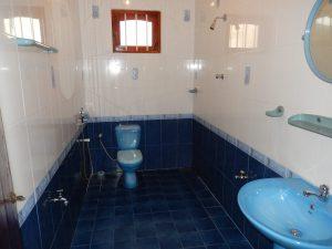 De ruime badkamer van Villa Sloot